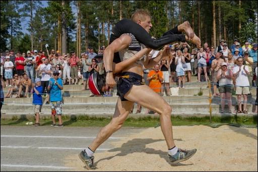 Dans quel pays, le sport consistant à porter sa femme est-il né ?