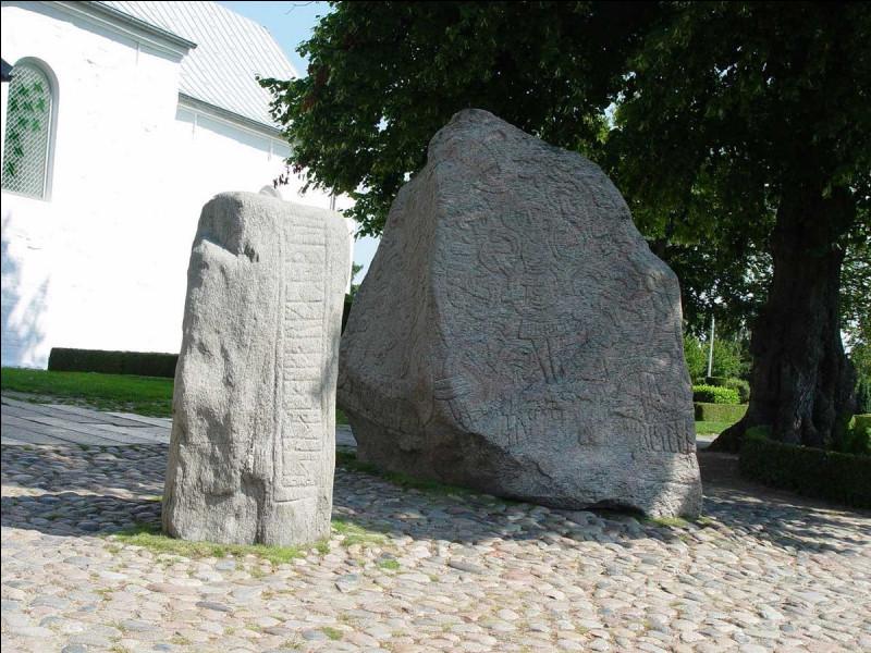 Quel le premier pays dont le nom a été gravé sur une des pierres de Jelling au 10e siècle ?