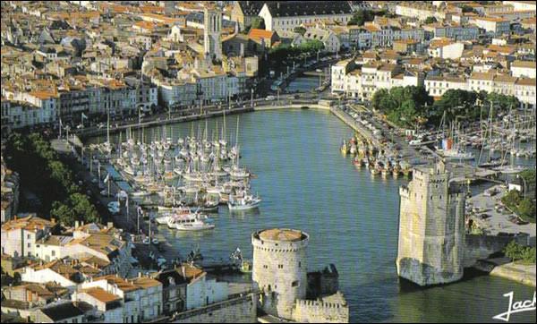Un port et ses deux tours
