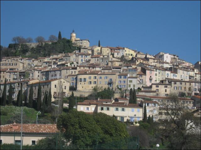 Petite ville de 5000 habitants du département du Var, située sur les hauteurs de l'arrière-pays, entre les vallées de l'Argens et de la Siagne :