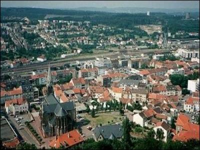 Ville de Moselle de 21 000 habitants, principal centre de l'ancien bassin houiller lorrain :
