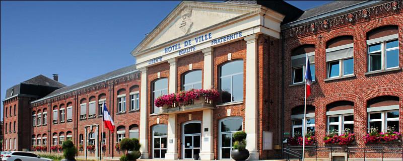 Ville de 12 000 habitants du département du Nord, située sur l'Helpe, en Thiérarche, ancien grand centre d'industrie textile :
