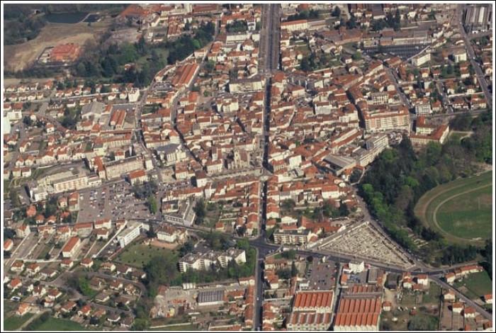 Ville de 8000 habitants du département de la Loire, située dans la plaine du Forez, sur la rive droite du fleuve :