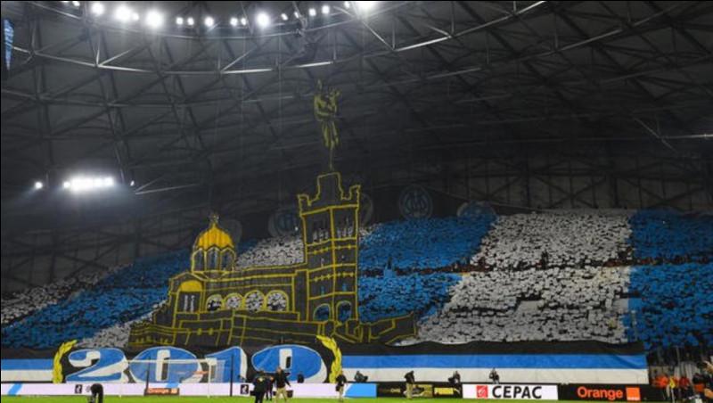D'après cette photo, dans quel stade de football nous trouvons-nous ?
