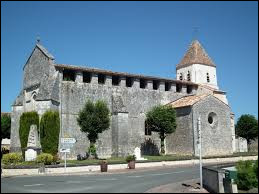 Nous sommes en Charente-Maritime devant l'église fortifiée de Guitinières. Nous nous trouvons en région ...