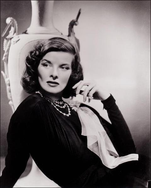 Cette actrice a remporté quatre fois l'Oscar de la meilleure actrice pour ses rôles dans 'Morning Glory', 'Devine qui vient dîner ? ', 'Le Lion en hiver' et 'La Maison du lac'.