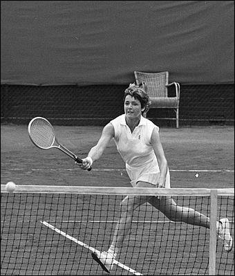 Chez les femmes, cette joueuse australienne remporte sa quatrième victoire à Roland Garros et, en 1970, les quatre tournois du Grand Chelem :
