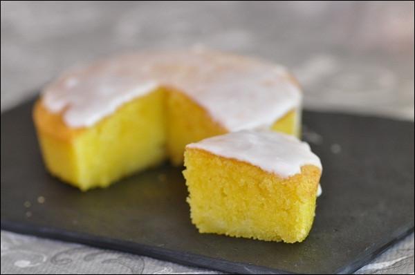 Quel gâteau est une variante du baba, plus délicat grâce à la pâte d'amande qui vient adoucir la génoise ?