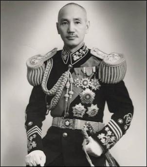 Qui est ce général chinois, commandant en chef de l'Armée nationale révolutionnaire, chef du Kuomintang, président de la République de Chine, il se replie à Taïwan en 1949, mort en 1975
