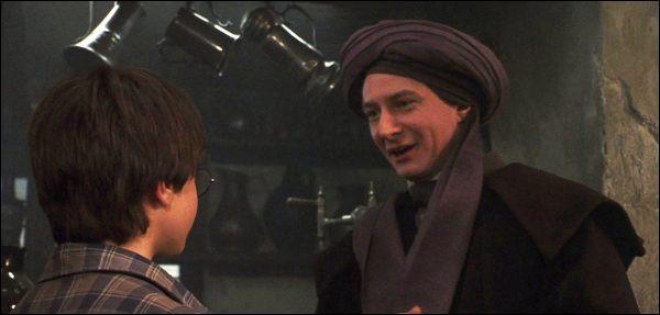 Lors de sa première rencontre avec Harry, au Chaudron Baveur, que refuse le professeur Quirrel venant de Harry ?
