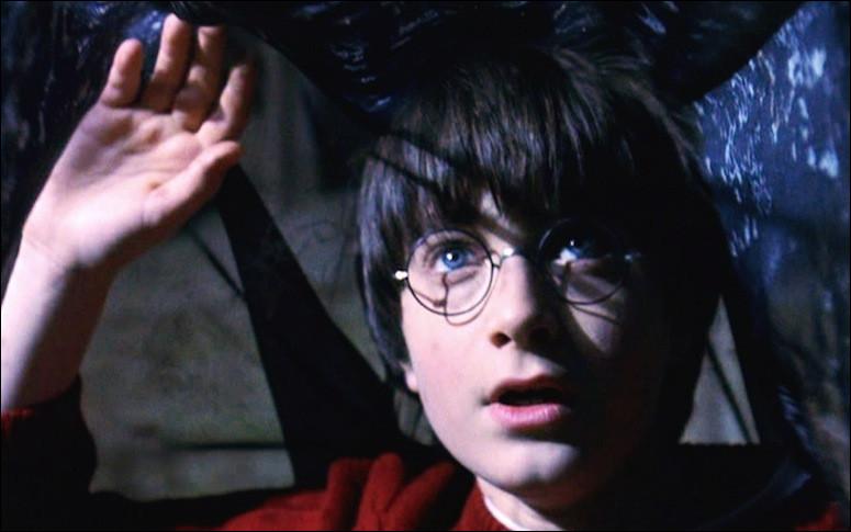 Lequel de ces adultes Harry ne croise-t-il pas lors de son escapade nocture à la réserve de la bibliothèque ?