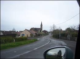 Nous sommes sur la route qui mène à Marly-sur-Arroux. Village de Bourgogne-Franche-Comté, dans l'arrondissement de Charolles, il se situe dans le département ...