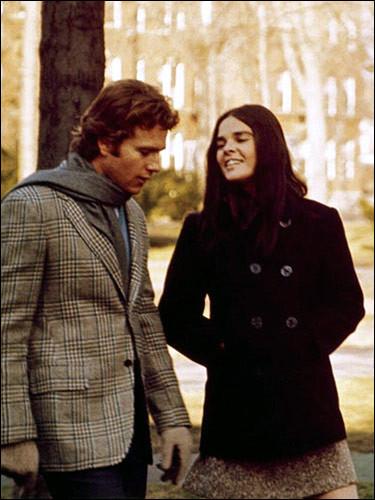 Dans ce film américain, Oliver Barrett (Ryan O'Neal), étudiant en droit à Harvard, issu d'une famille aisée, rencontre Jennifer Cavalleri (Ali MacGraw) à la bibliothèque où elle travaille pour payer ses études. C'est ...