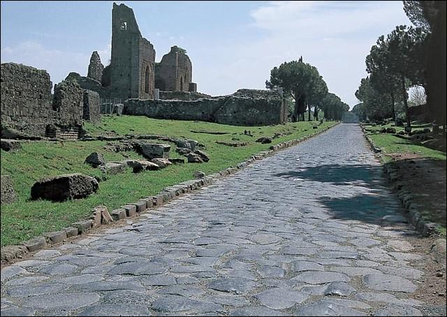 Les romains furent de grands bâtisseurs de voies pavées. Laquelle est la plus ancienne de ces voies ?