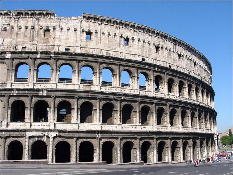 """Le Colisée, à l'origine l'Amphithéâtre Flavien, est le plus grand construit dans le monde Romain. A quoi doit il son nom actuel de """" Colosseo """" ?"""