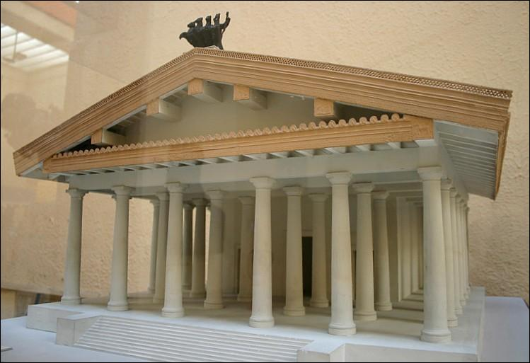 Le temple de Jupiter sur le Capitole était l'un des plus anciens de Rome. On y vénérait en fait trois dieux. Lesquels ?