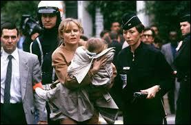 Quel homme politique a joué les héros pendant la prise d'otages de la maternelle de Neuilly ?