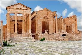 En 647, les Arabes envahissent la Tunisie, les Byzantins étaient menés par le patrice Grégoire, il fut défait et tué à Sufetula. Sa fille combattait à ses côtés fut capturée et réduite en esclavage, pour échapper à son triste sort elle se suicide en...