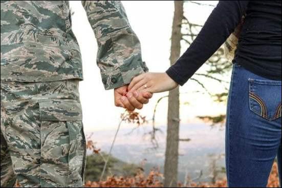 Qui a embrassé un garçon dans l'armée ?