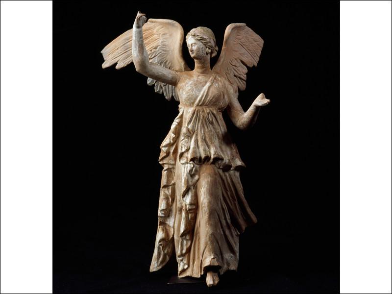Quelle marque spécialisée dans la fabrication d'articles de sport, doit son nom à la déesse grecque de la Victoire ?