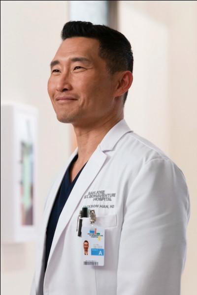 Melendez qualifie le nouveau du service de chirurgie, Jackson Han, comme étant une personne...