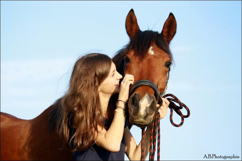Observez ce duo. Cette jeune femme ______ son cheval.