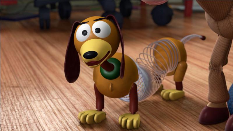 Comment s'appelle ce teckel en plastique, qui a la capacité de s'étendre sur plusieurs mètres grâce à son ressort permettant de sauver les autres jouets de situations périlleuses ?