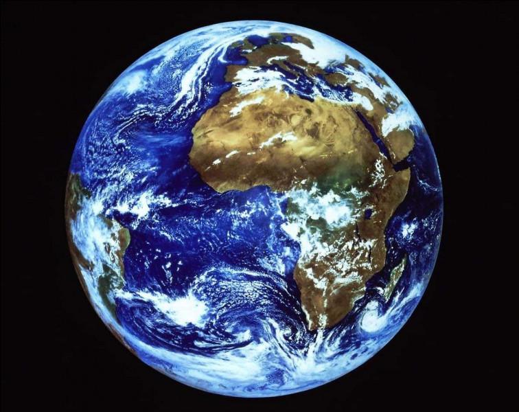 Pour terminer, je vous propose une vue de la Terre depuis l'espace. Comment peut-on qualifier notre belle planète ?