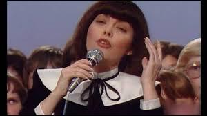 """1978 > C'est Mireille Mathieu qui reprend le flambeau pour une chanson sur la paix : """"Mille ..."""". L'auteur, a écrit la musique de Heidi, de Capitaine Flam ainsi qu'un tube en allemand pour France Gall : """"Un peu de ..., un peu de ...""""."""