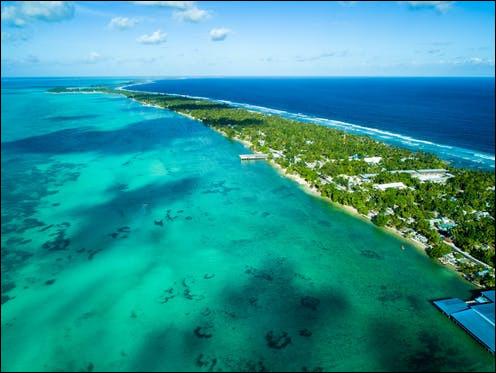 Quel pays de l'Océanie, se trouve à cheval sur l'équateur et sur l'antiméridien 180°, à la fois en Polynésie et en Micronésie ?