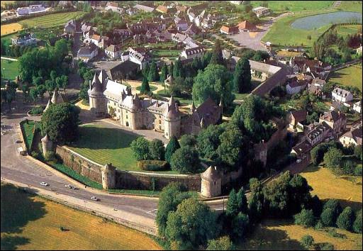 La commune d'Arnac-Pompadour est renommée pour son château, mais aussi pour son hippodrome. Or, ce dernier ne se situe pas sur la commune d'Arnac-Pompadour. Où se trouve-t-il ?