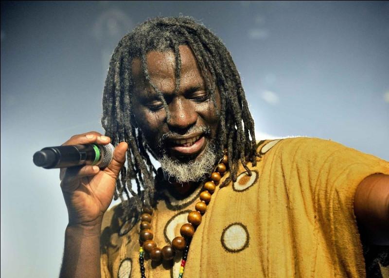 """Quel est le style musical de prédilection du chanteur ivoirien Tiken Jah Fakoly, connu notamment pour ses chansons """"Soungourouba"""" et """"Ouvrez les frontières"""" ?"""