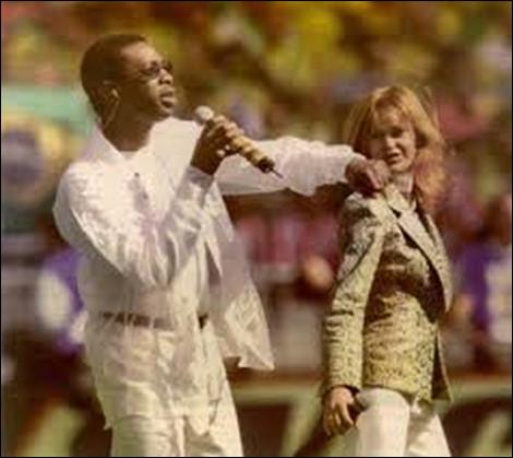 En 1998, quel chanteur sénégalais interprète en duo avec Axelle Red la chanson d'ouverture de la Coupe du Monde de football ?