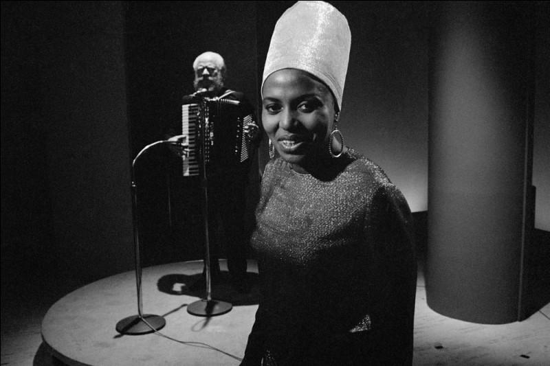 """Quelle chanteuse sud-africaine obtient un succès mondial en 1967, avec la chanson """"Pata Pata"""" ?"""