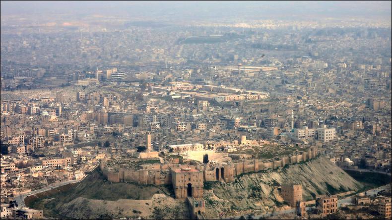 Située à l'emplacement de l'antique Bérée, quelle ville syrienne est avec ses 6400 ans d'histoire l'une des plus vieilles villes du monde à avoir été constamment habitée ?