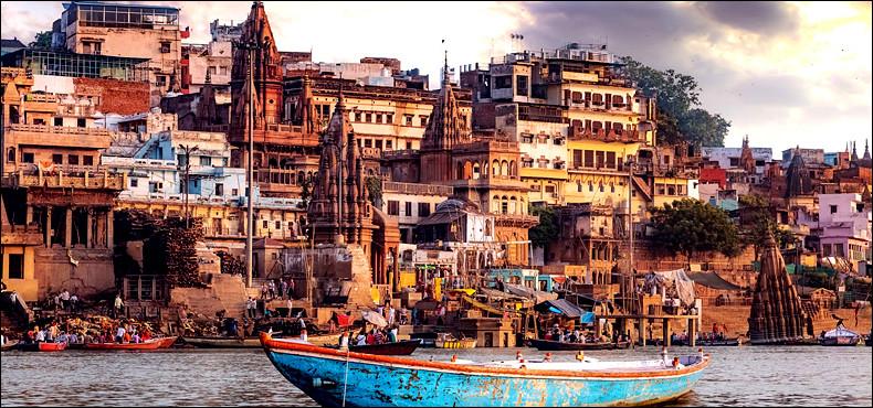 Quelle ville indienne située sur le Gange, serait selon la légende fondée par le dieu hindou Shiva il y a 5000 ans ?