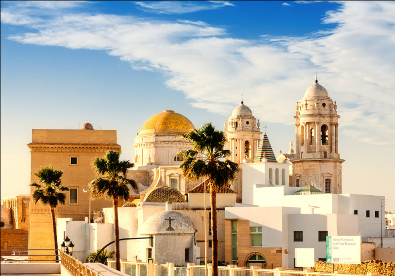 Quelle ville espagnole sur l'Atlantique fondée par les Phéniciens, a été une base navale d'Hannibal pour la conquête de l'Ibérie ?