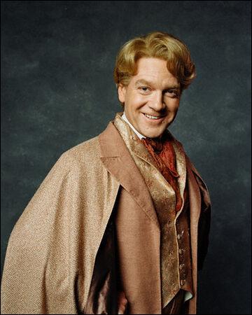 À la librairie, quand Gilderoy Lockhart apparaît, quel côté de ses cheveux Molly Weasley se touche-t-elle ?