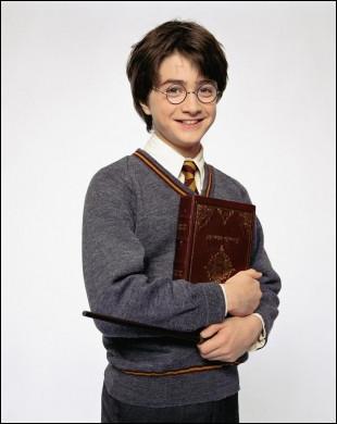 En route pour Poudlard, Harry Potter manque de tomber de la voiture volante, avec quelle main se tient-il à la portière ?