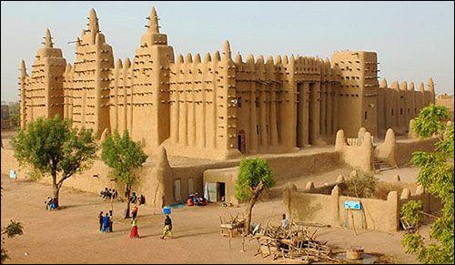 Quelle ville mythique du Mali est surnommée « la ville aux 333 saints » ?