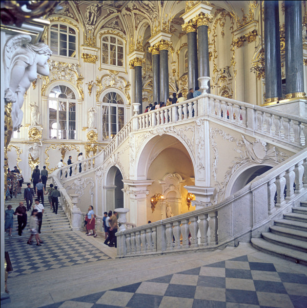 Quel musée est situé à Saint-Pétersbourg, au bord de la Neva ?