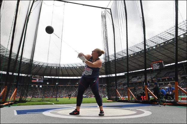Le diamètre intérieur de l'aire de lancer au marteau est de :