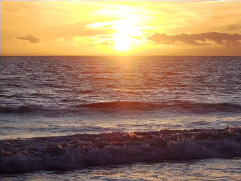 """À quel auteur, compositeur et interprète français doit-on, en 1965, le titre """"le Ciel, le Soleil et la Mer"""" ?"""