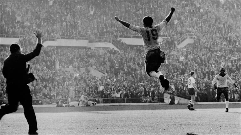 Co-meilleur buteur du Mondial 1962 avec Garrincha, quel attaquant est devenu en 1958, le premier joueur à marquer dans deux finales de Coupe du monde distinctes ?