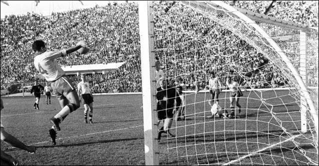 De son vrai nom José Ely de Miranda, quel milieu de terrain sacré champion du monde en 1958 et en 1962, a marqué le deuxième but en finale du Mondial chilien contre la Tchécoslovaquie ?