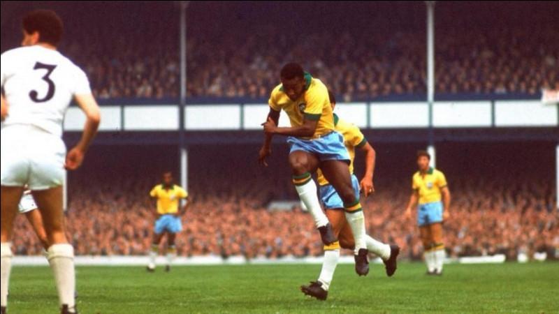 Figure majeure du football et fréquemment présenté comme le meilleur joueur de l'histoire, quel Brésilien est le seul joueur à avoir remporté trois Coupe du monde ?