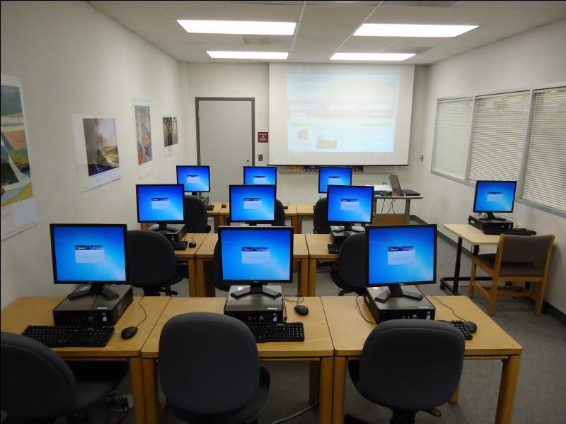 Dans la salle informatique, les gens peuvent apprendre à utiliser un ordinateur ou réaliser des démarches dématérialisées. Comme par exemple...