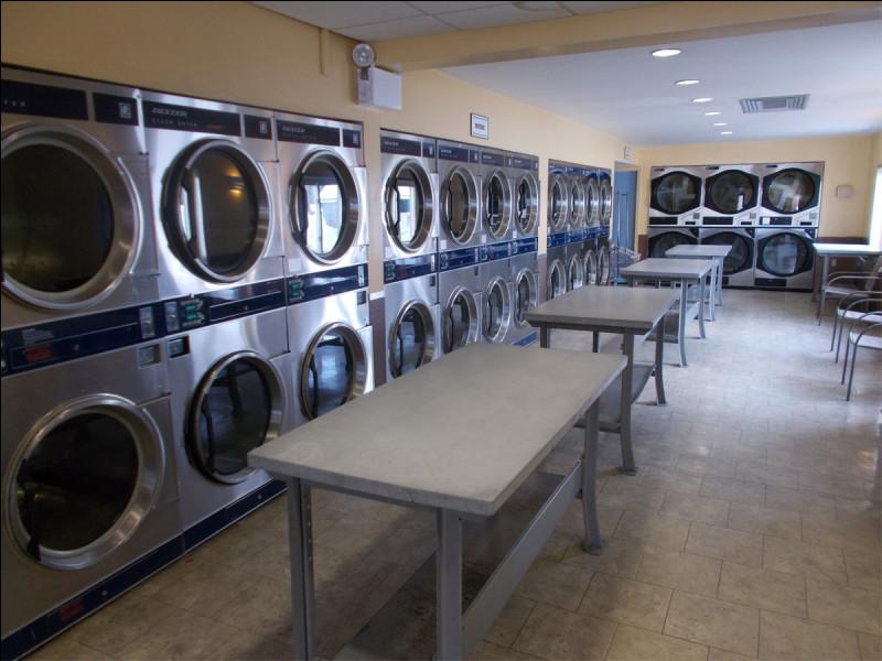 À leur disposition une laverie automatique afin qu'elles puissent laver les vêtements. Combien y a t-il de tables ?
