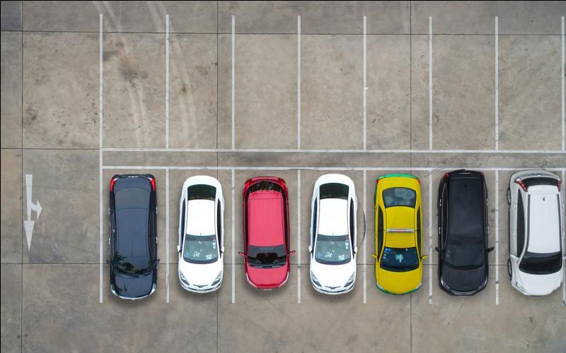 Dans le parking, combien de voitures peuvent prendre place ?