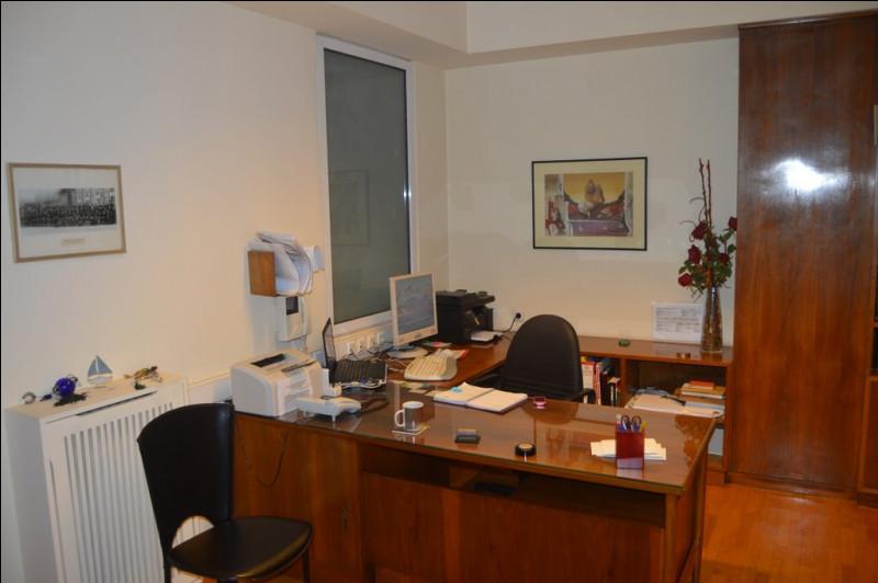 Combien voyez-vous d'ordinateurs sur le bureau de la secrétaire ?